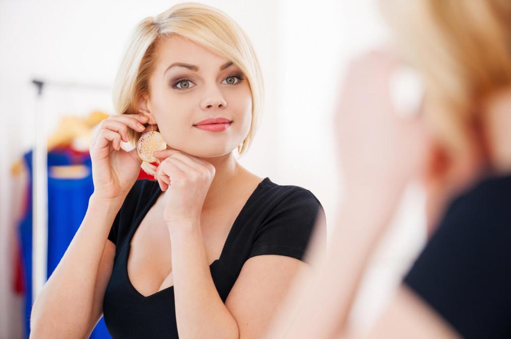 Fashion Trends-Ropa que te hará lucir más joven-Mujer joven frente al espejo